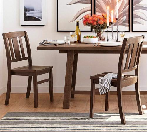 Ghế ăn gỗ tạo cảm giác ấm cúng cho gian bếp gia đình